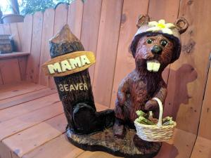 Mama beaver with basket